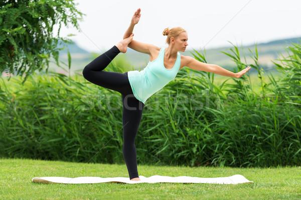 Femmes yoga nature vert danse Photo stock © leventegyori