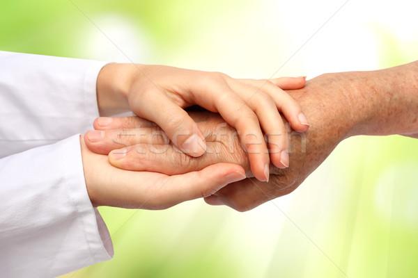 Segítő kéz nővér tart öreg kéz segít Stock fotó © leventegyori