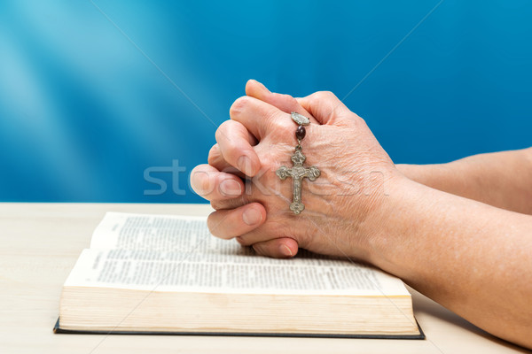Christian prière mains pliées doigts Photo stock © leventegyori