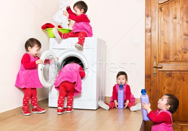 笑みを浮かべて かわいい 子 洗濯機 ホーム ストックフォト © leventegyori