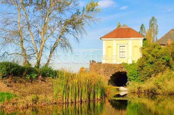 английский воды дома дерево саду моста Сток-фото © LianeM
