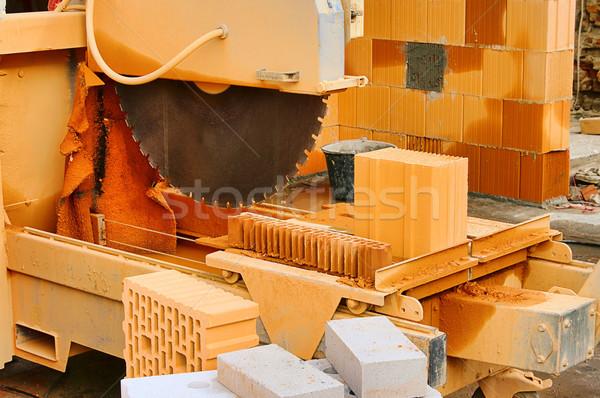 Kamień widział budowy ściany pracy cegły Zdjęcia stock © LianeM