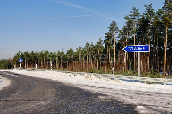 Znak autostrady podpisania zimą autostrady ruchu transportu Zdjęcia stock © LianeM