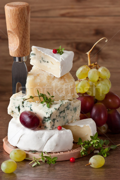 Pirâmide queijo dois uvas vida conselho Foto stock © lidante