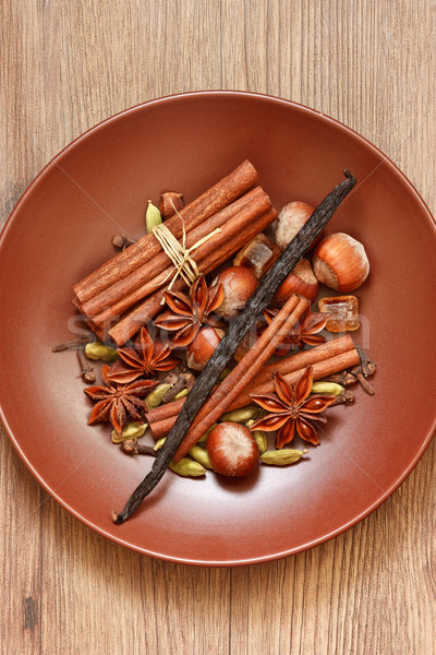 Temperos nozes misto marrom cerâmico prato Foto stock © lidante