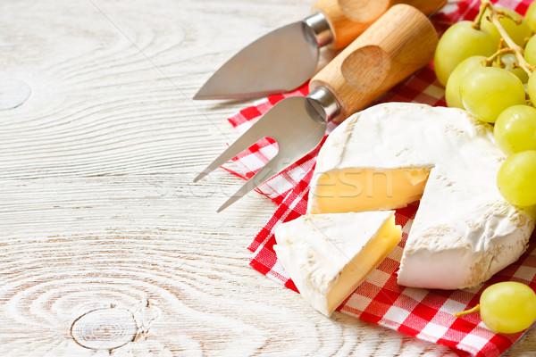Queijo camembert queijo seção servido uva Foto stock © lidante
