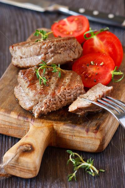 Marhahús lédús bifsztek paradicsom saláta felszolgált Stock fotó © lidante