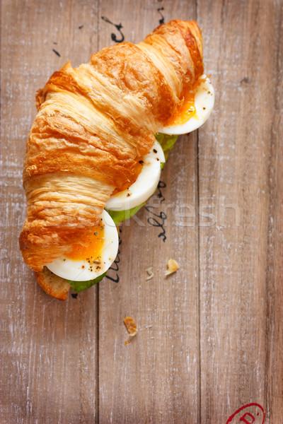 Croissant fresco francês salada café da manhã Foto stock © lidante