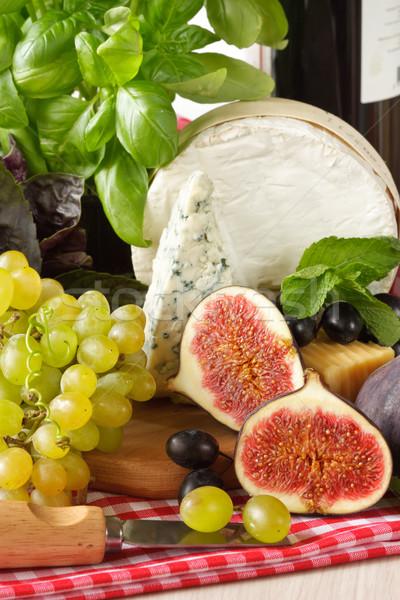 Gyümölcsök sajt friss konyhaasztal gyümölcs üveg Stock fotó © lidante