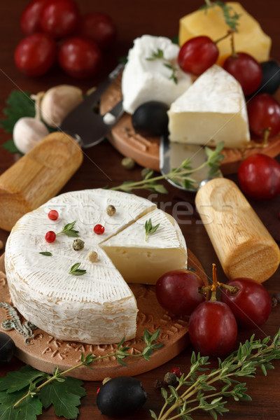 Assortiment fromages olive raisins table en bois ferme Photo stock © lidante
