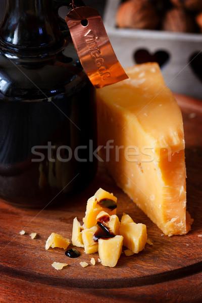 Parmesão delicioso queijo parmesão garrafa velho vinagre balsâmico Foto stock © lidante