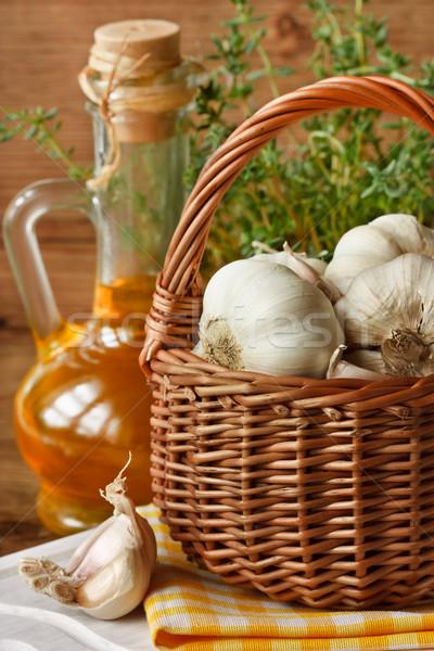 Czosnku ogród koszyka oliwy oleju jedzenie Zdjęcia stock © lidante