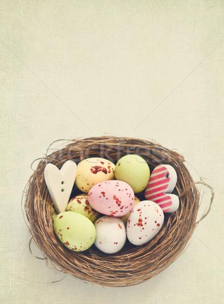 Foto d'archivio: Pasqua · cioccolato · uova · nido · stile · retrò · carta