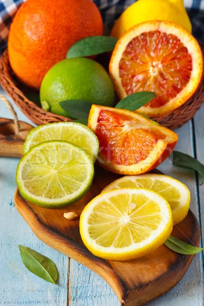 柑橘類 新鮮な かんきつ類の果実 葉 まな板 葉 ストックフォト © lidante