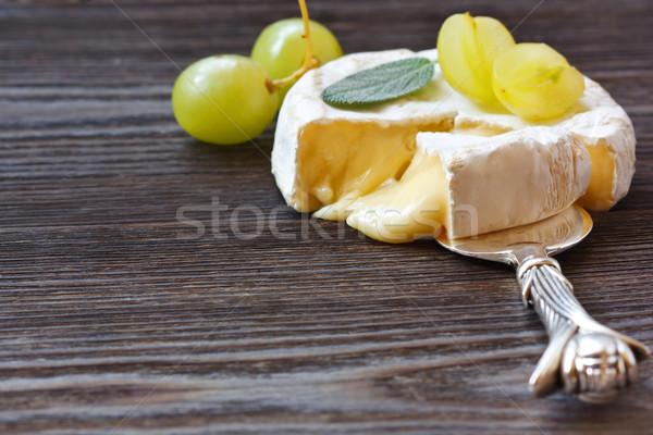 Camambert peynir bölüm hizmet üzüm Stok fotoğraf © lidante