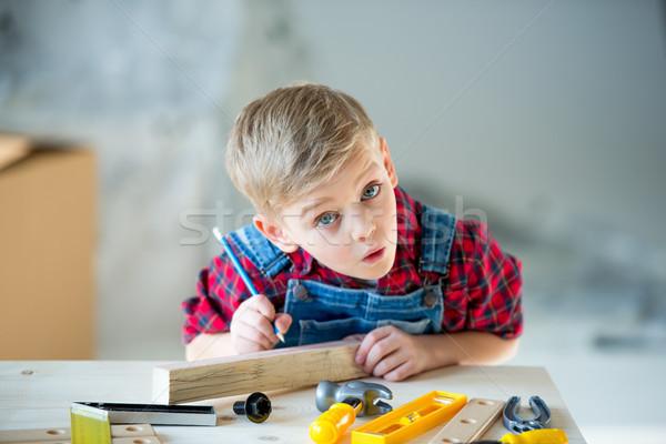Weinig jongen tools verwonderd potlood vergadering Stockfoto © LightFieldStudios