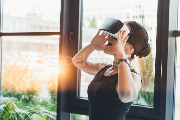 Zakenvrouw virtueel realiteit bril jonge permanente Stockfoto © LightFieldStudios