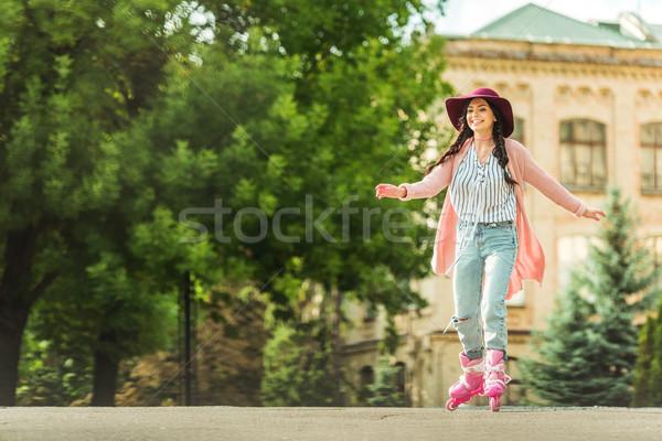 Elegancki dziewczyna łyżwy piękna szczęśliwy młoda kobieta Zdjęcia stock © LightFieldStudios