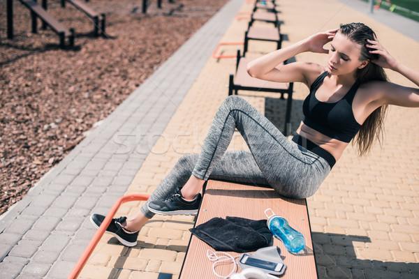 Vrouw oefening zijaanzicht jonge vrouw fitness zomer Stockfoto © LightFieldStudios