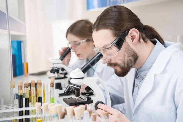 Científicos de trabajo jóvenes masculina femenino hombre Foto stock © LightFieldStudios