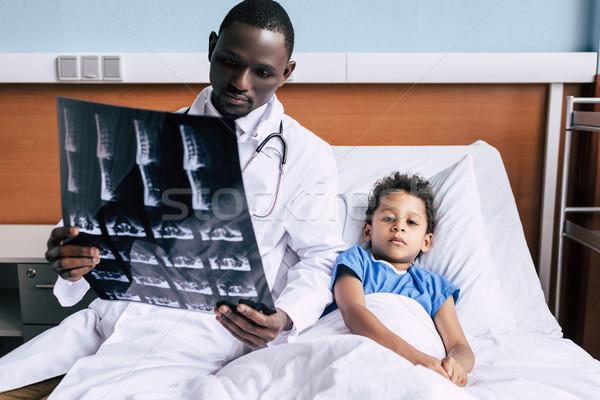 Doktor hasta xray resim bakıyor Stok fotoğraf © LightFieldStudios