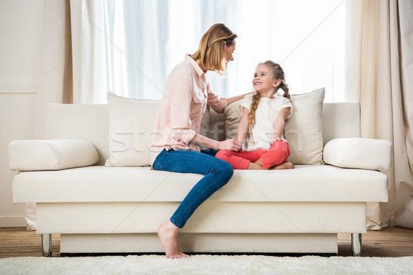 Vista lateral feliz mãe conversa filha família Foto stock © LightFieldStudios