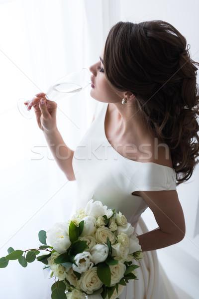 Foto stock: Belo · jovem · noiva · buquê · de · casamento · potável · champanhe