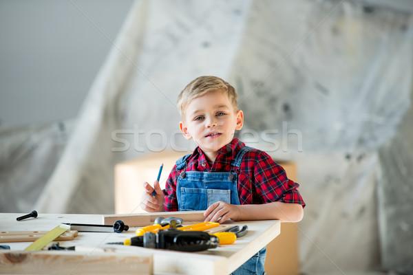 Weinig jongen tools cute vergadering tabel Stockfoto © LightFieldStudios