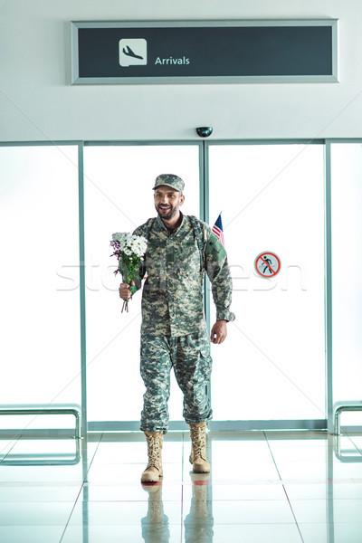 Asker buket çiçekler gülen yürüyüş Stok fotoğraf © LightFieldStudios