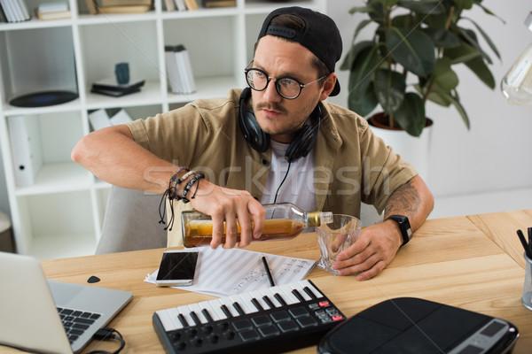 Zenész áramló whiskey üveg fiatal munkahely Stock fotó © LightFieldStudios
