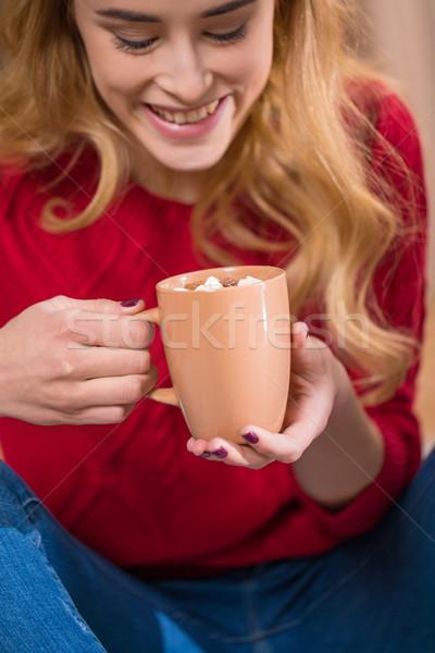 Meisje drinken warme chocolademelk glimlachend vrouw haren Stockfoto © LightFieldStudios