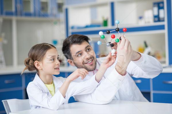 Glimlachend leraar student wetenschappers naar model Stockfoto © LightFieldStudios
