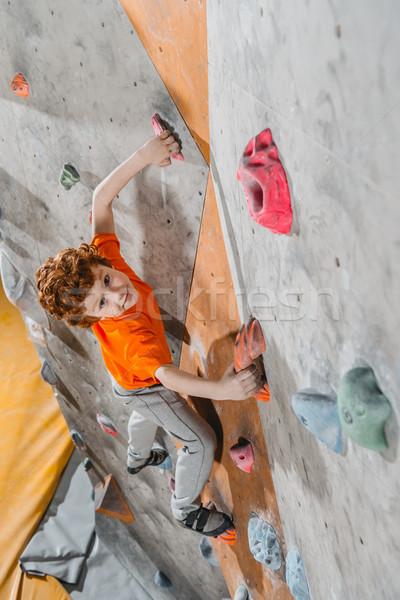 Stok fotoğraf: Erkek · tırmanma · duvar · atış · küçük · bakıyor