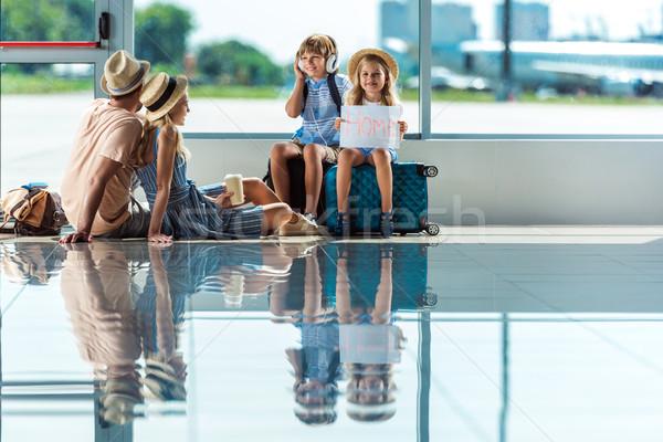 Foto stock: Pais · crianças · espera · embarque · aeroporto · pequeno