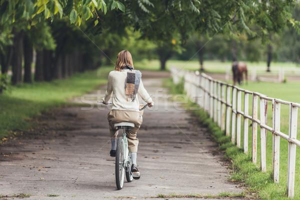 Nő lovaglás bicikli vidék hátulnézet elegáns Stock fotó © LightFieldStudios
