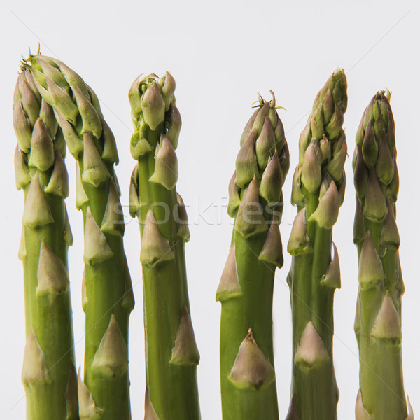 Groene ruw asperges geïsoleerd witte plantaardige Stockfoto © LightFieldStudios