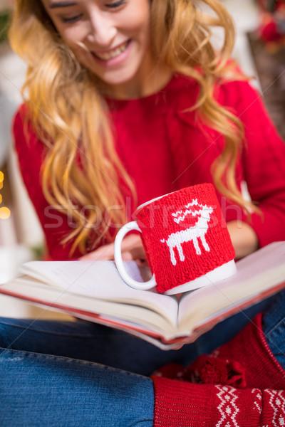 Vrouw lezing boek warme drank glimlachend jonge vrouw Stockfoto © LightFieldStudios