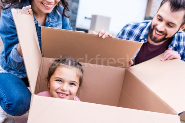 Lány ül kartondoboz vicces kislány boldog Stock fotó © LightFieldStudios