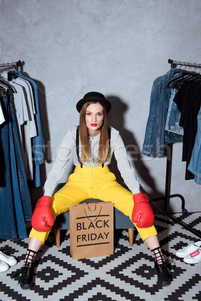 Foto stock: Venda · menina · luvas · de · boxe · bolsa · de · compras · black · friday · assinar