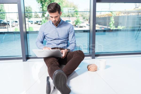Zakenman met behulp van laptop kantoor jonge vergadering vloer Stockfoto © LightFieldStudios