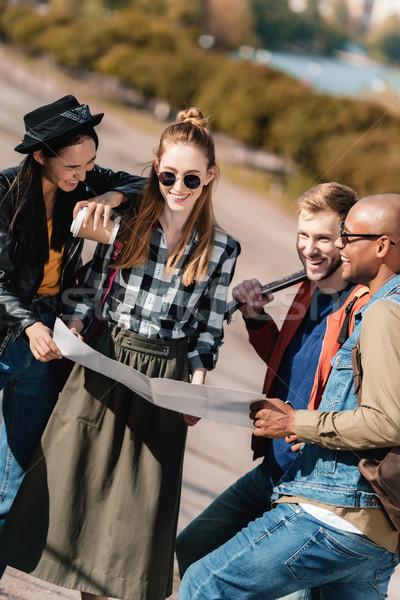 Multicultural amigos escolher destino mapa grupo Foto stock © LightFieldStudios