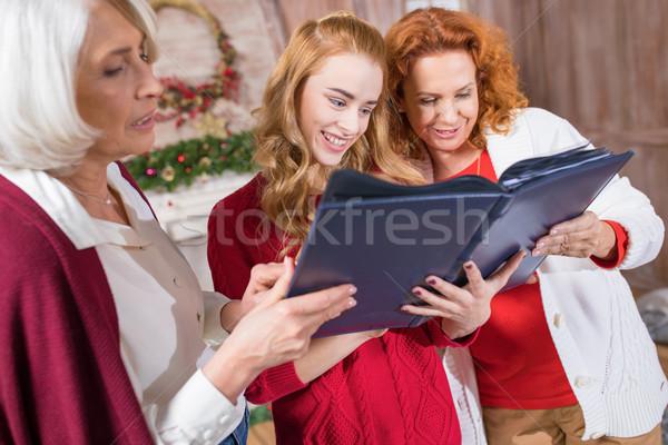 家族 見える アルバム 笑みを浮かべて 母親 一緒に ストックフォト © LightFieldStudios