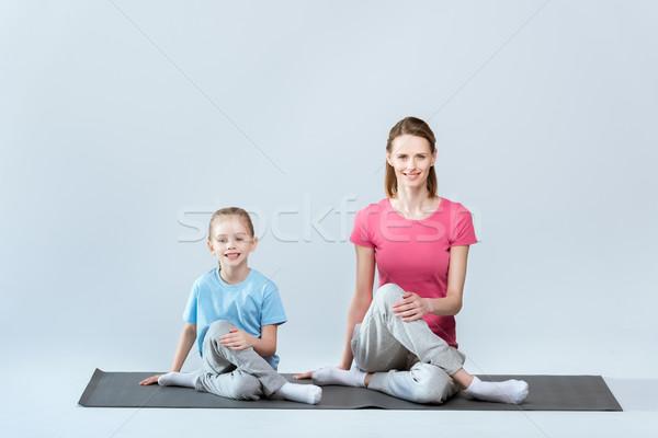 Mosolyog sportos anya lánygyermek gyakorol jóga Stock fotó © LightFieldStudios