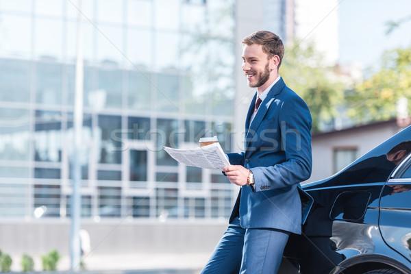 üzletember kávé újság fiatal öltöny parkolás Stock fotó © LightFieldStudios