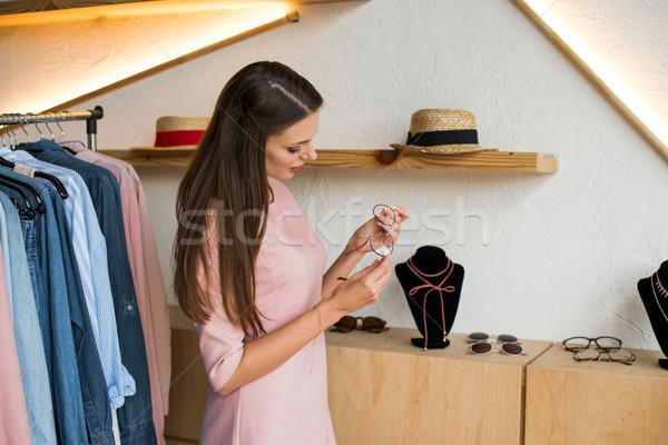Lány választ szemüveg butik gyönyörű fiatal nő Stock fotó © LightFieldStudios