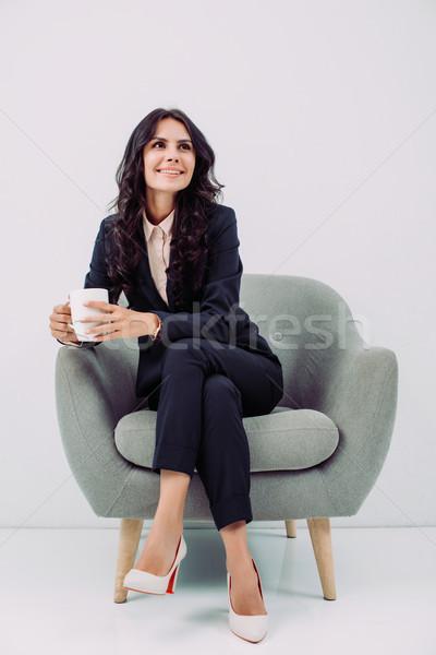 Zakenvrouw beker warme drank glimlachend jonge vergadering Stockfoto © LightFieldStudios