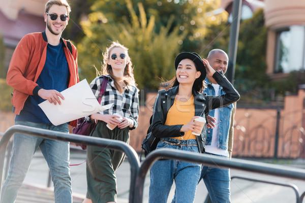 Foto stock: Multicultural · amigos · caminhada · rua · juntos · feliz