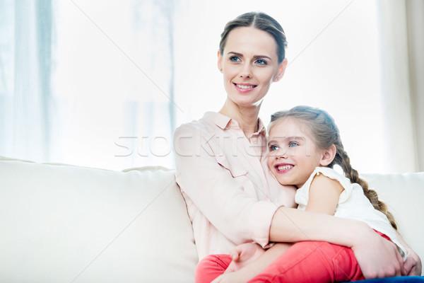 Porträt lächelnd Tochter Sitzung Mütter home Stock foto © LightFieldStudios