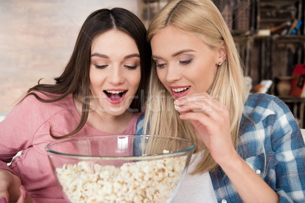 Podniecony atrakcyjny młodych kobiet jedzenie popcorn szkła Zdjęcia stock © LightFieldStudios