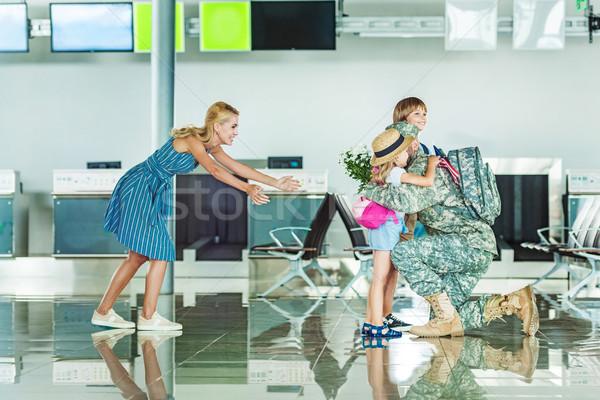 Család megbeszélés apa katonai egyenruha boldog család repülőtér Stock fotó © LightFieldStudios